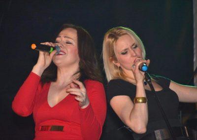 Vegas Show Band esküvői zenekar Adrienn és Évi énekesnők